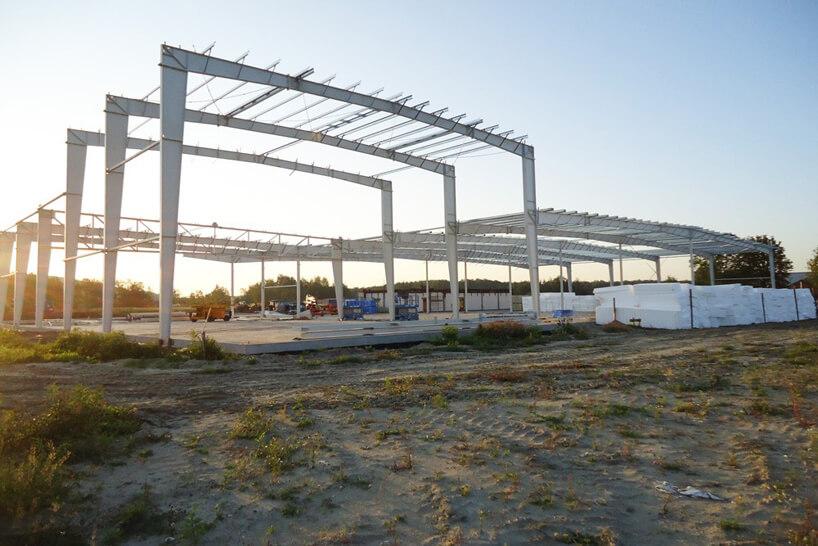 zdjęcie konstrukcji hali stalowej od CoBouw podczas budowy