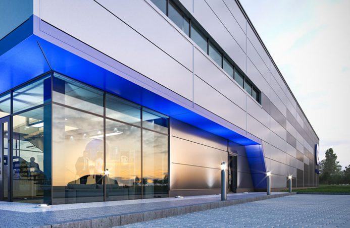 front biura w szarej hali stalowej CoBouw z niebieskim podświetlenie