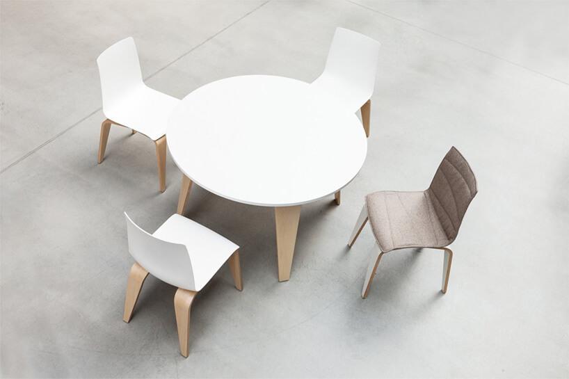 białe krzesła iokrągły stół