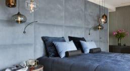 sypialnia zwiszącymi miedzianymi tubami lampowymi