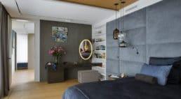 lustro welipse wzłotej ramie powieszone na ścianie wsypialni