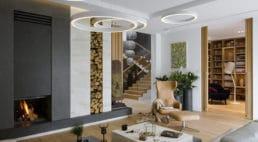wiszące okrągłe oświetlenia nad fotelem ze skóry wkolorze cielistym