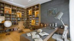 gabinet zfotelami oraz biblioteczką iglobusem po prawej