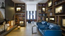 bibloteczka zniebieską kanapą