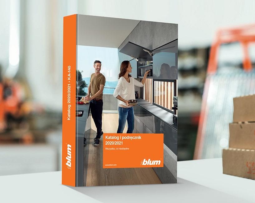 zdjęcie grubego stojącego katalogu ipodręcznika Blum 2020/2021