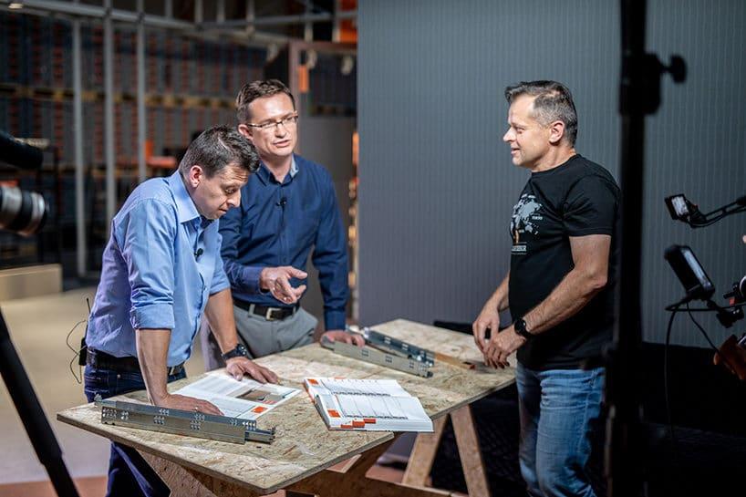 trzech mężczyzna przy stole roboczym ze sklejki ze zsprzętem Blum