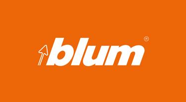biały logotyp blum na pomarańczowym tle