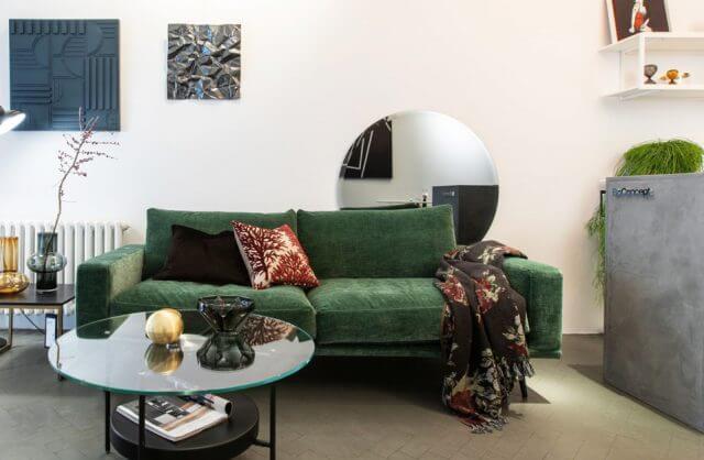 zielona sofa w showroomie BoConcept