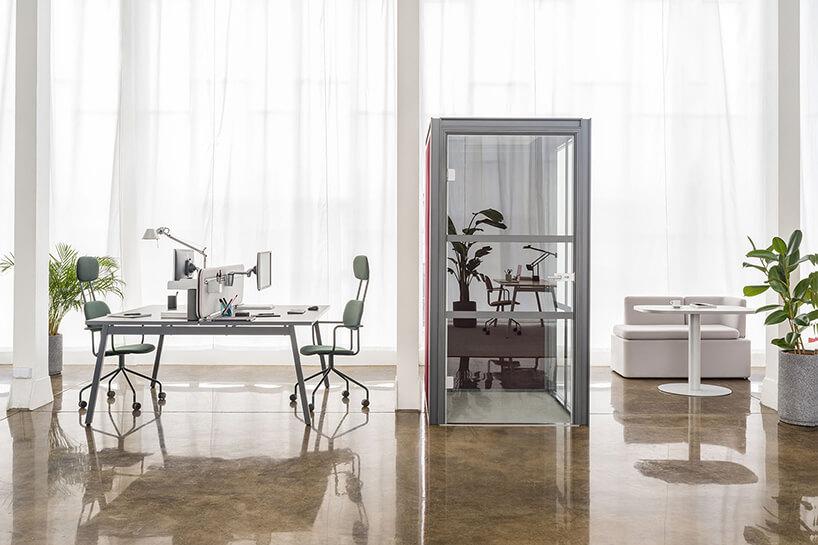 nowoczesne boksy akustyczne Hako od MDD waranżacji nowoczesnego biura zkamienną podłogą