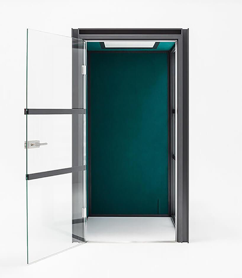 nowoczesny boks akustyczny Hako od MDD zzielonym wykończeniem iszklanymi drzwiami