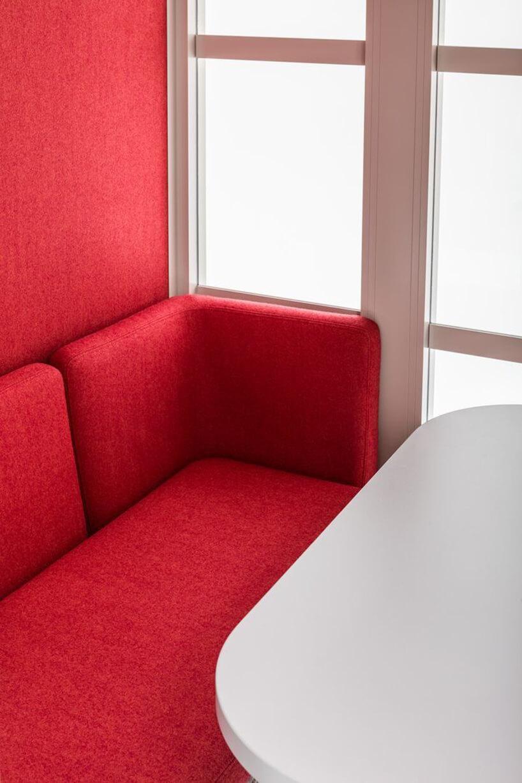 nowoczesny boks akustyczny Hako od MDD zczerwonym wykończenie siedziskiem imałym stolikiem