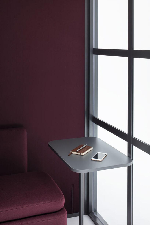 nowoczesny boks akustyczny Hako od MDD zbordowym wykończeniem małym siedziskiem isrebrnym stolikiem