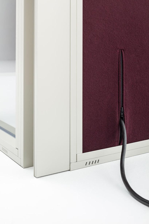 nowoczesny boks akustyczny Hako od MDD demonstracja systemu doprawadzania kabla zasilającego poprzez zamek błyskawiczny wmontowany wściankę