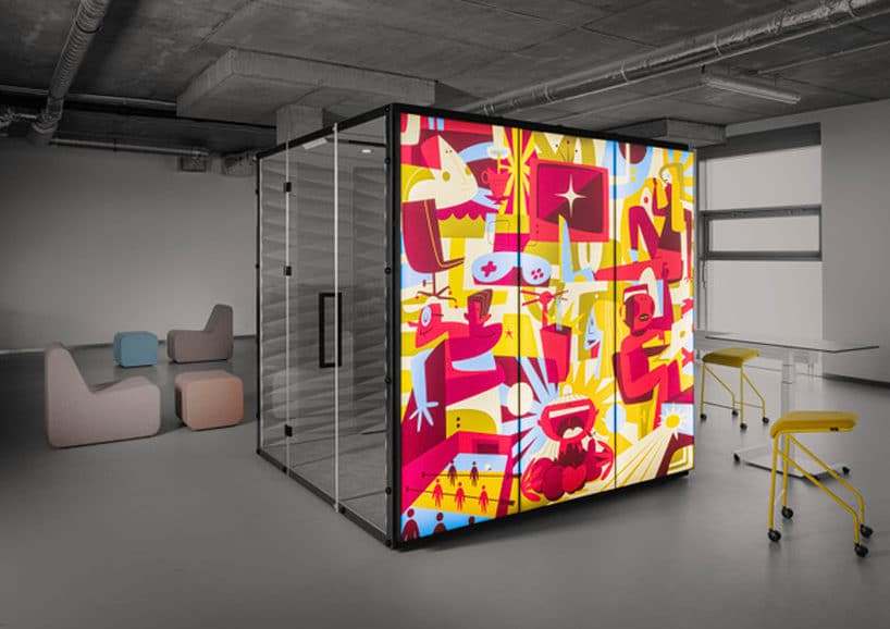 boks akustyczny WALL_GRAPHIC_LIGHT od VANK wszarej przestrzeni open space zczerwoną grafiką