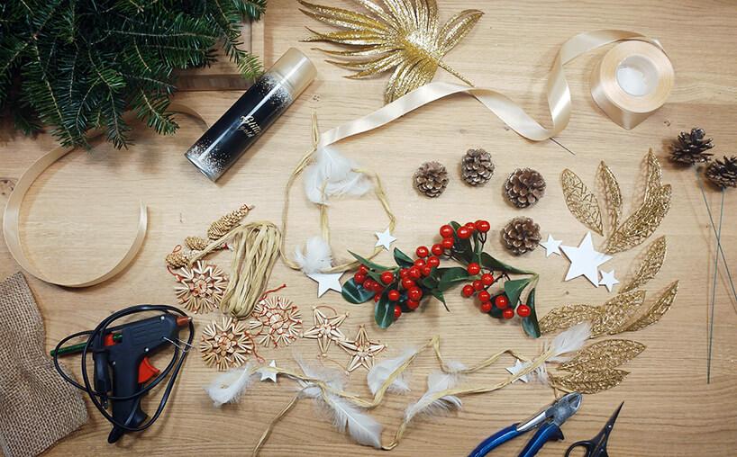 wstążki, klej , ozdoby do przygotowania wianka
