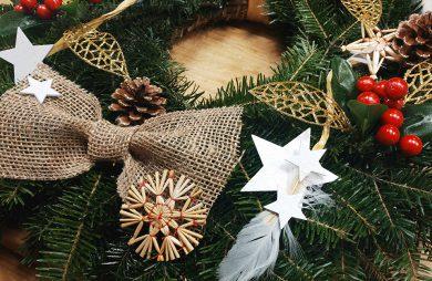 świąteczny wieniec na drzwi