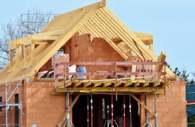 dom drewniany w trakcie budowy bricomarche