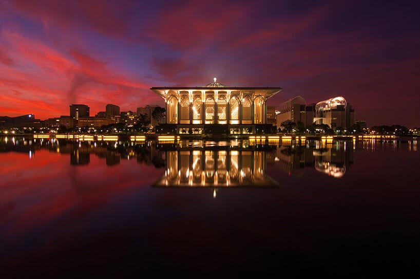 wieczorny widok na oświetlony duży zabytkowy budynek