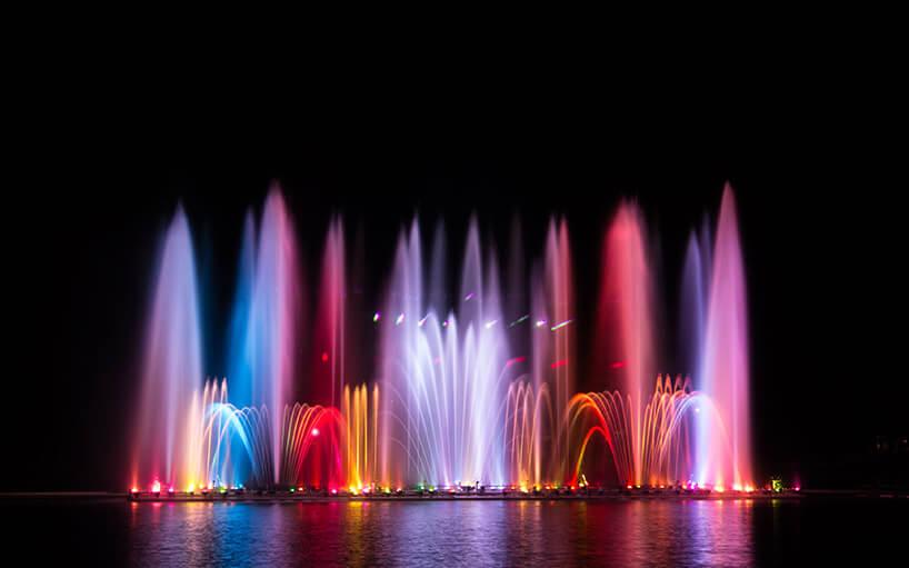 duża fontanna zwielobarwnym podświetleniem