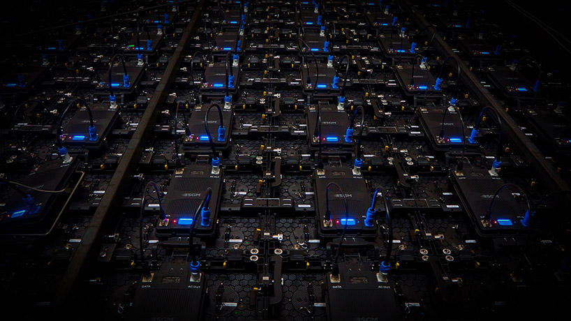 połączone ze sobą czarne moduły elektroniczne