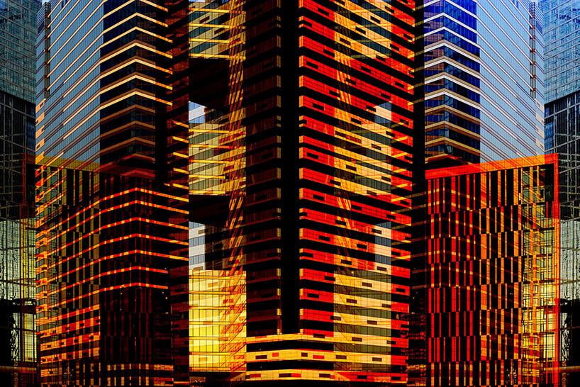 wielobarwna szklana fasada wieżowca