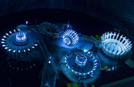 widok z góry na oświetlone elementy do zwiedzania