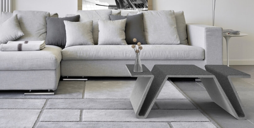 szary betonowy stolik na tle szarej sofy