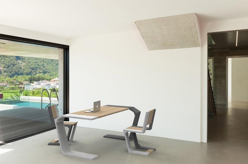 gabinet wrezydencji zdużym oknem na basen zwyjątkowy biurkiem idwoma krzesłami