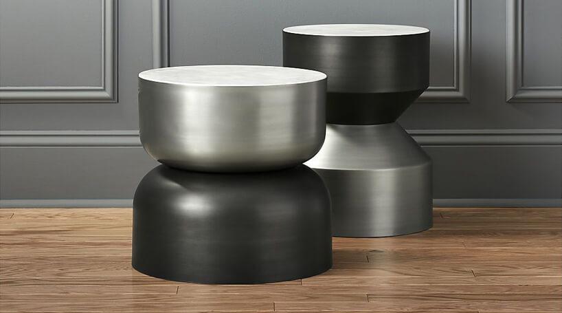 dwa szare stoliki na tle szarej ściany