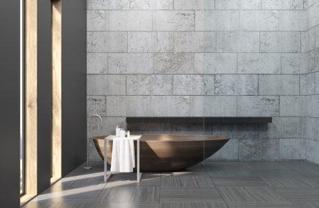zdjęcie szarej łazienki z brązową wanną ze ścianą z betonowych pustaków