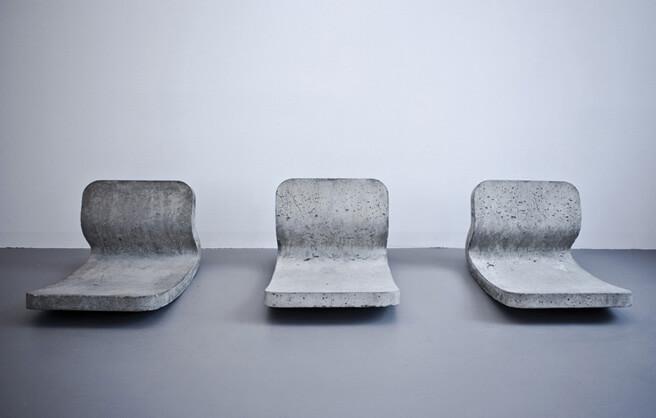 betonowe fotele zmożliwością bujania