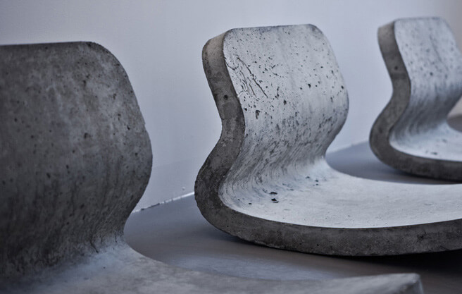betonowe fotele zprofilu