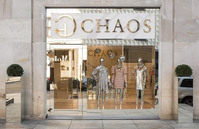 ekskluzywna lustrzana witryna Chaos z trzema srebrnymi manekinami