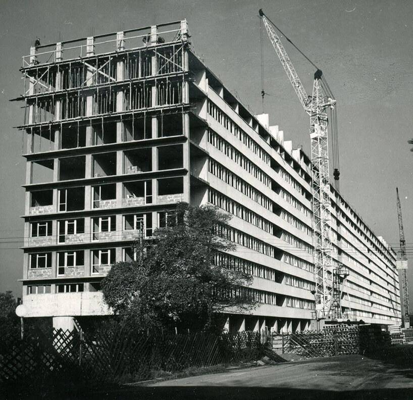 stare czarno-białe zdjęcie budowy długiego budynku