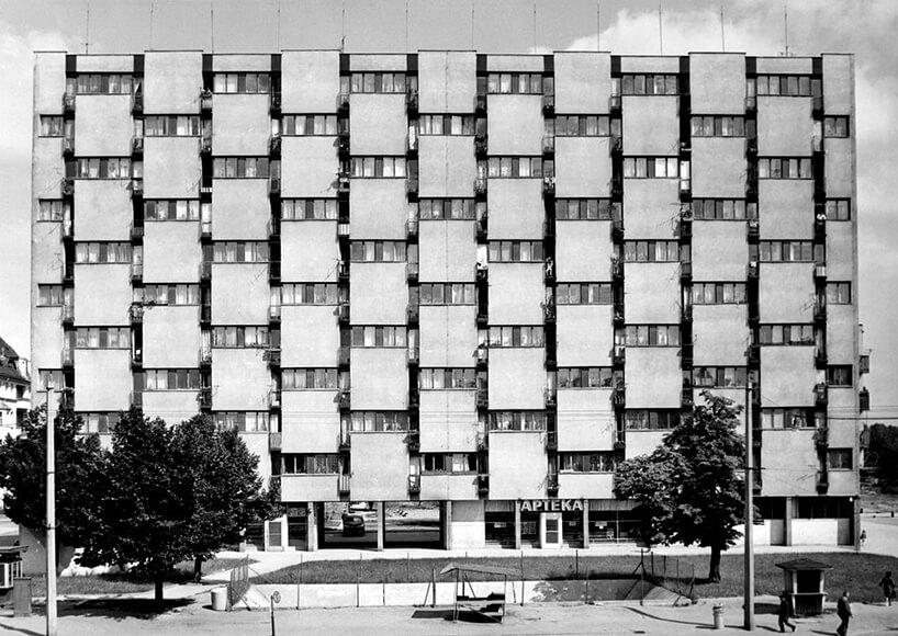 stare czarno-białe zdjęcie blok znietypową fasadą zdużymi blokami betonu