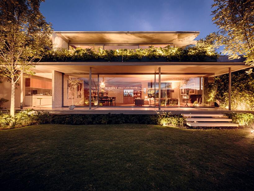 niski dom ładnie oświetlony wieczorem