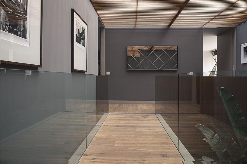 pomost zdrewnianą podłogą iszklanymi barierkami