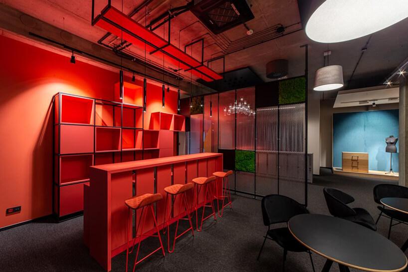 aranżacja czerwonego wnętrza zwysoką wyspą iwysokimi krzesłami