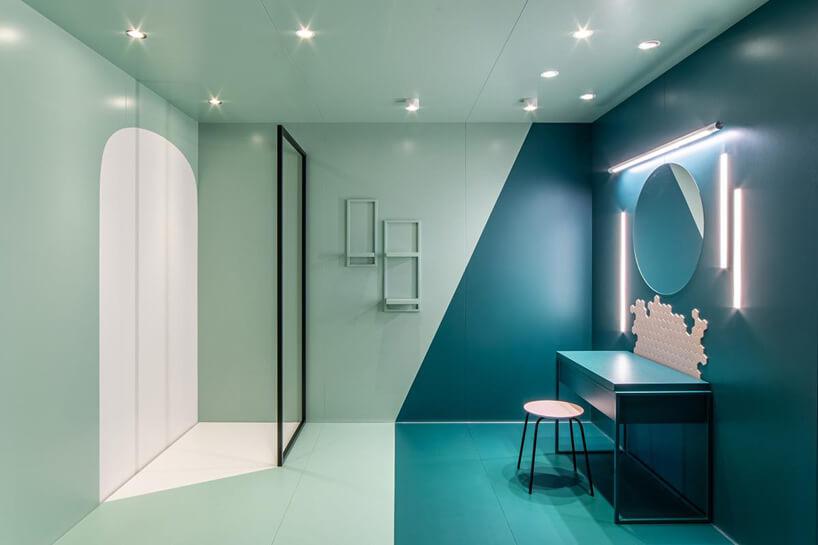 niebiesko zielona aranżacja łazienki okrągłym lustrem ibiała mozaika pod nim