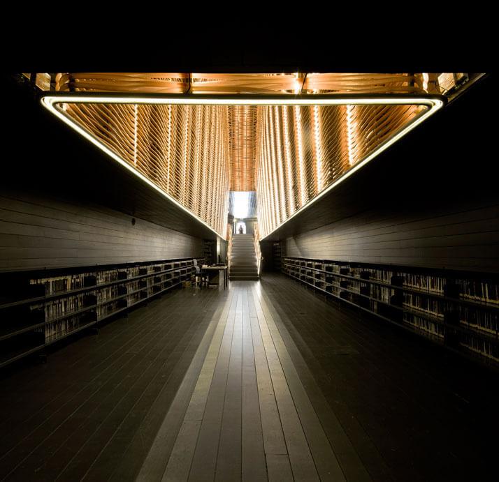 ciemne pomieszczenie ze schodami