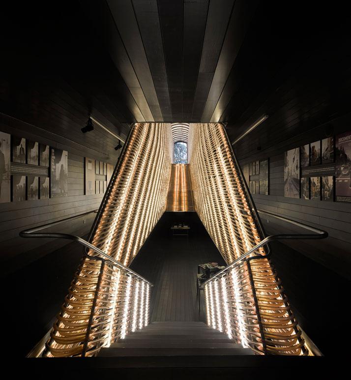 oświetlone schody zzabudową