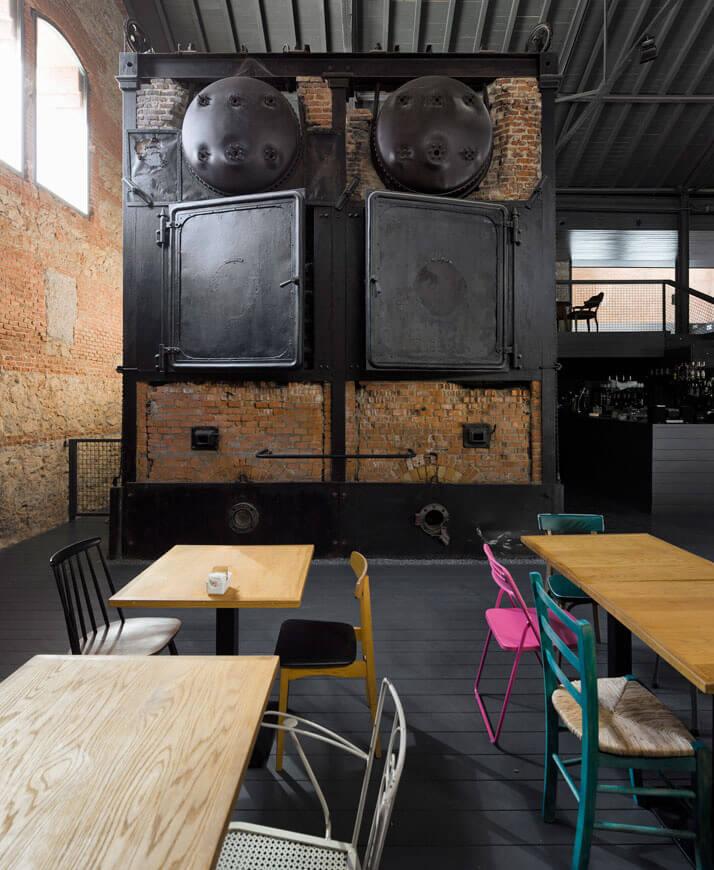 stary ciemny piec oraz kolorowe krzesła