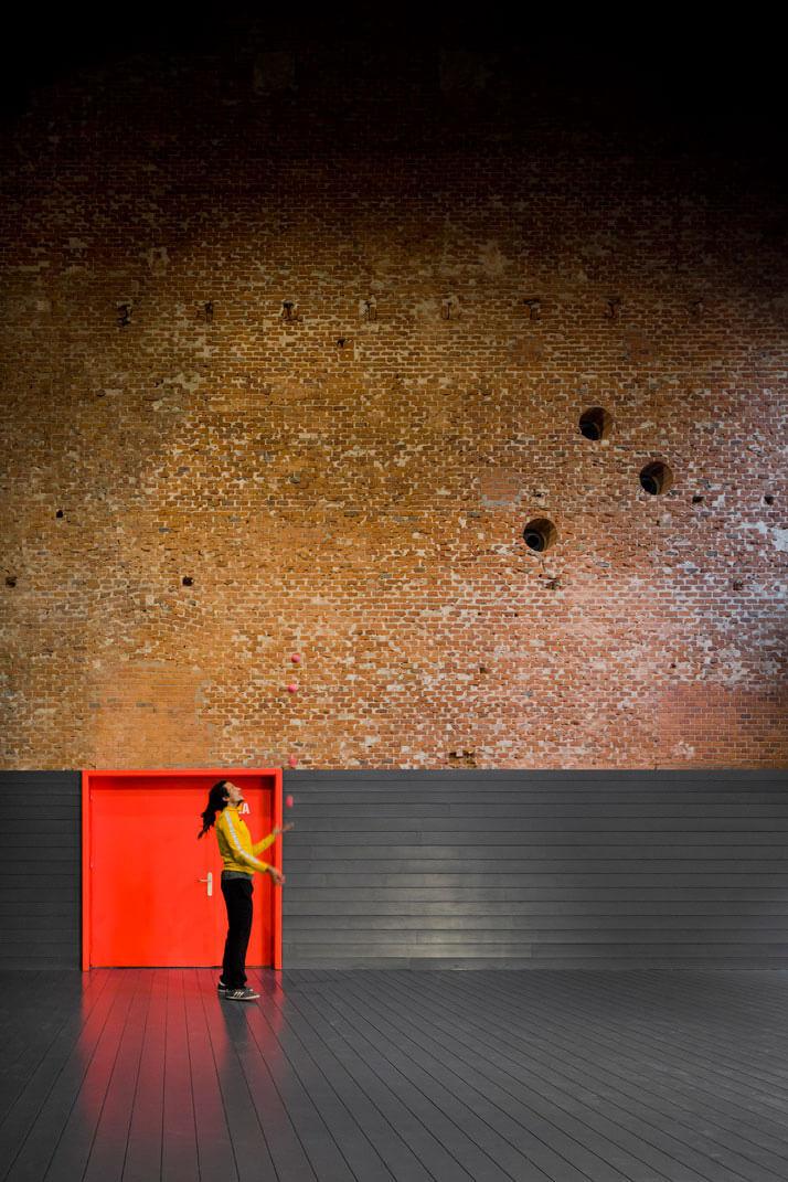 ściana zokrągłymi dziurami