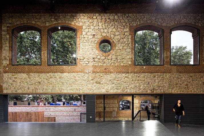 duże otwory okienne na jasnej ścianie