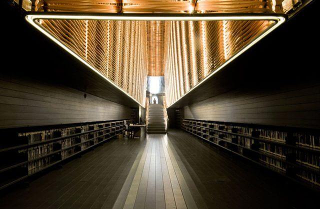 czarne wnętrze z podświetlaną klatką schodową