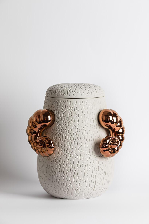 ceramiczny pojemnik zzakręconymi rogami