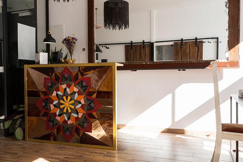 obraz zkolorowych płytek ceramicznych stojący na podłodze