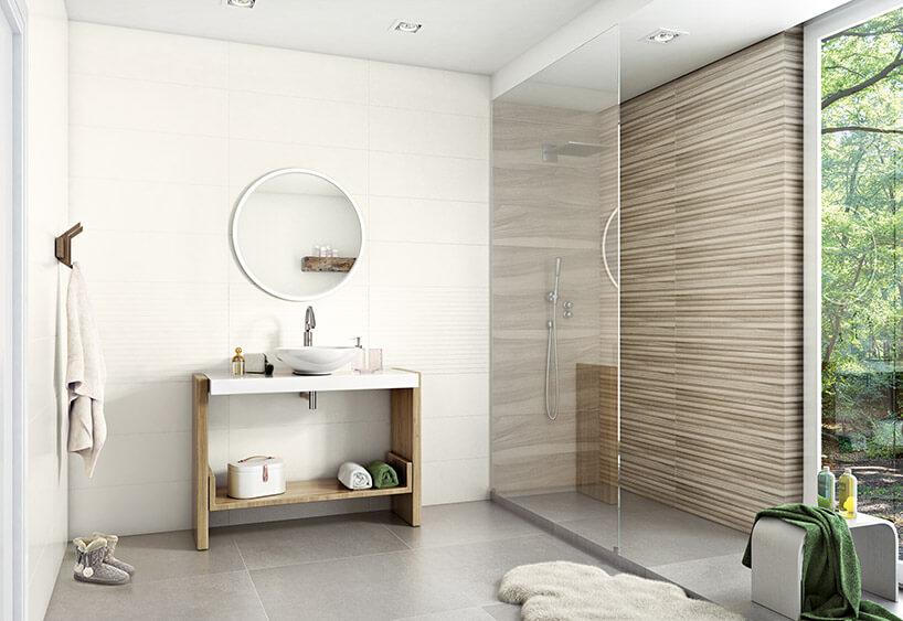 jasno-beżowa przestronna łazienka znatryskiem