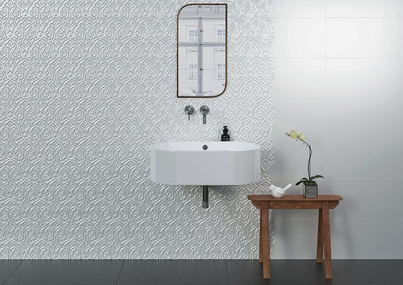 łazienka wbiałym kolorze zpłytkami przestrzennymi