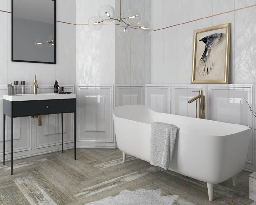 białe płytki przestrzenne Chevron od Cermika Paradyż waranżacji białej eleganckiej łazienki zwolnostojącą biała wanną na nogach